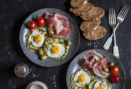 Αυγά ορτυκιού σε pancakes-featured_image
