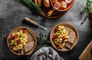 scrambled eggs συνταγή αυγά σκραμπλ για πρωινό