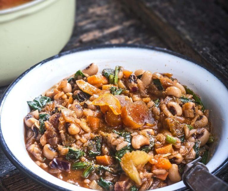 Φασόλια με ρύζι, χόρτα και αυγοτάραχο της Αργυρώς