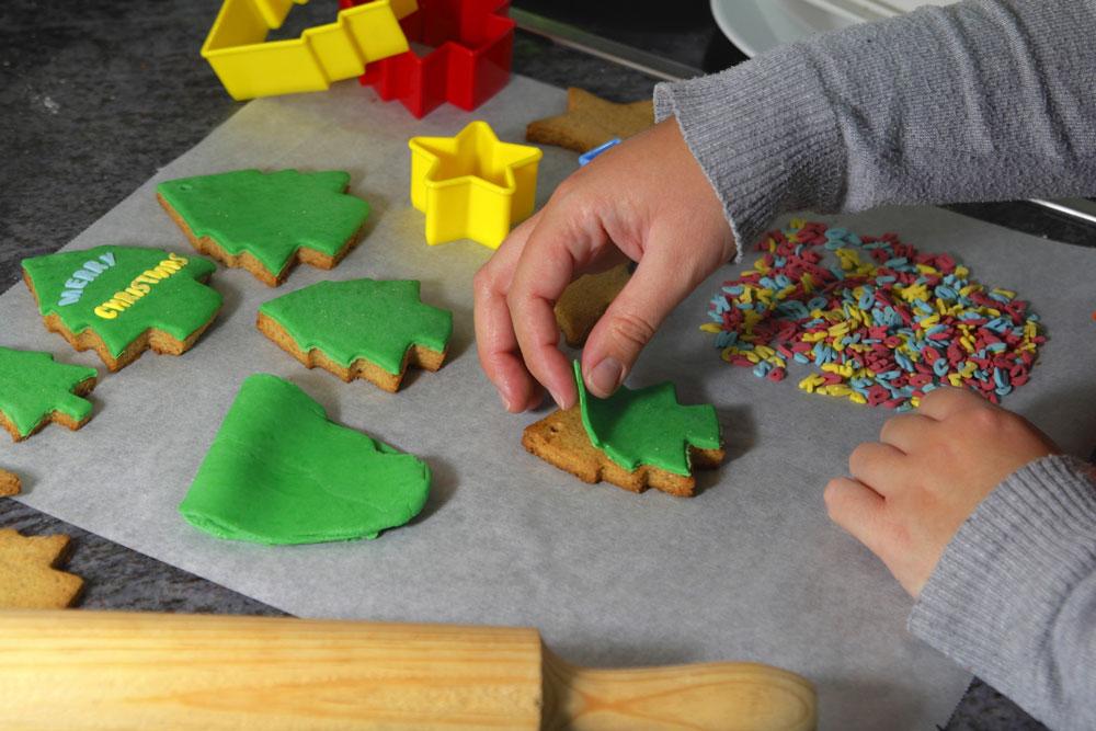 ευκολα χριστουγεννιατικα μπισκοτα με ζαχαροπαστα διακοσμηση σχεδια για παιδια