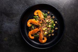 σωτέ γαρίδες στο τηγάνι με μαυρες φακες beluga μπελουγκα γκουρμε συνταγες