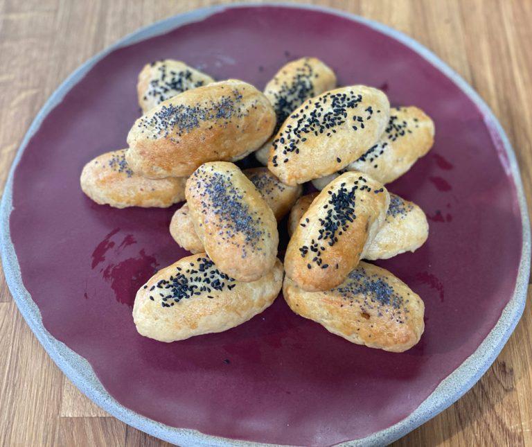 Μπουρεκάκια νόστιμα με σαλάμι και τυρί