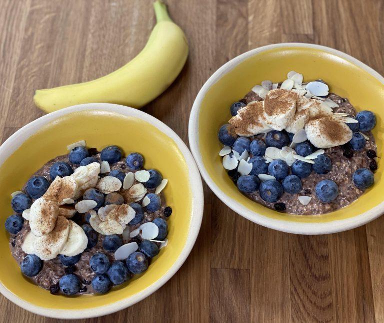 Υγιεινό πρωινό με σοκολάτα, μπανάνα και βρώμη