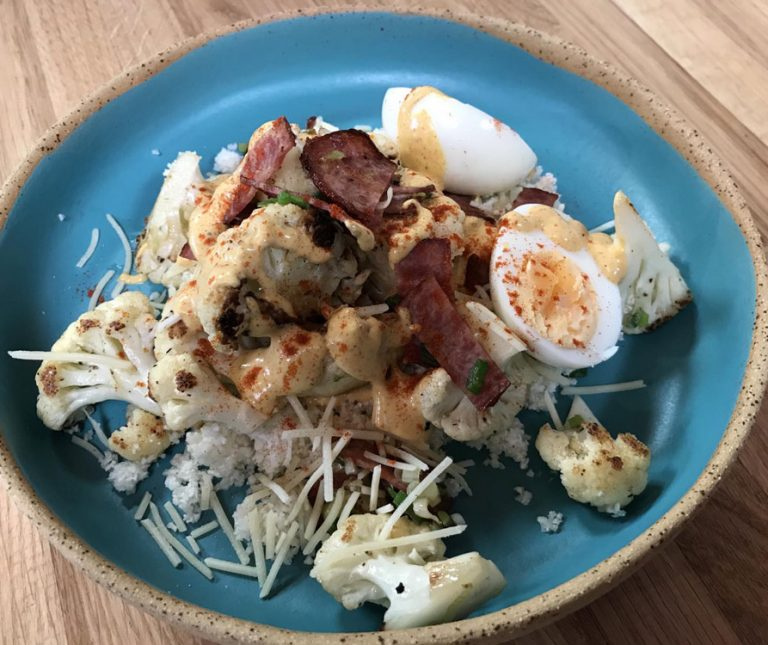 Κουνουπίδι σοτέ με μπέικον και αυγό