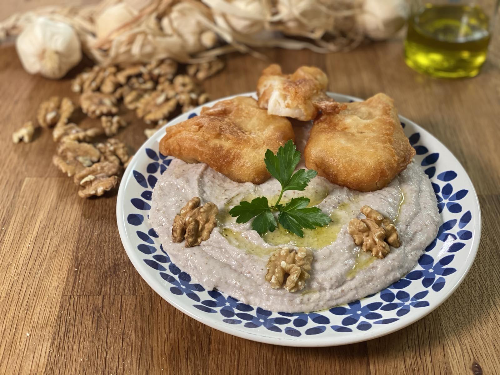 Τι τρώμε την 25η Μαρτίου; Μπακαλιάρος τηγανητός σκορδαλιά με τραγανό κουρκούτι και όλα τα μυστικά της Αργυρώς Μπαρμπαρίγου-featured_image
