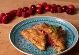 Πιτάκια σφολιάτας με κόκκινα φρούτα-featured_image