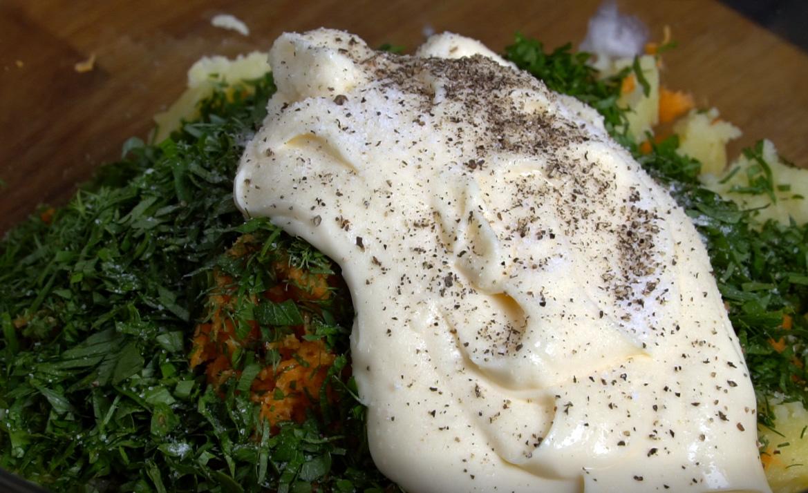 Αλάτι και πιπέρι στην πατατοσαλάτα - πατατοσαλατα με μαγιονεζα